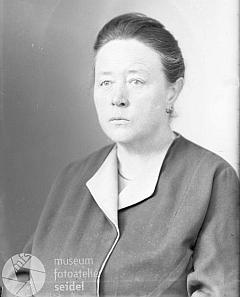 Jeho druhá žena Marie, roz. Schellová, na snímku, pořízeném 28.dubna 1942 ve stejném ateliéru