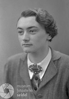 Ve fotoateliéru Seidel byl 3. února 1938 pořízen i portrét jeho dcery