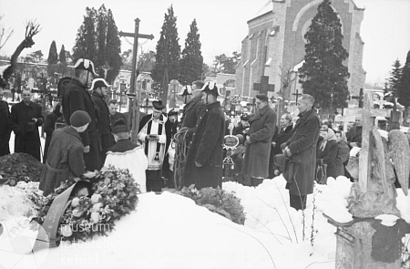 Snímek z jeho českokrumlovského pohřbu (1952)