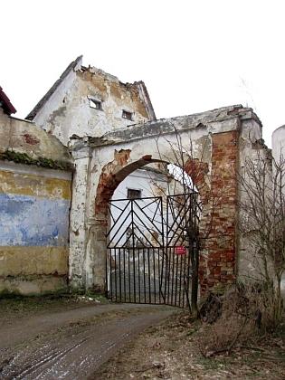 ... štít a věž kaple jsou dnes už strženy