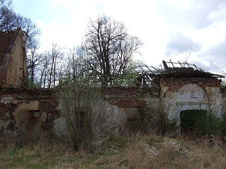Narodil se v této dnes zřícené části zámku ve Bzí u Dolního Bukovska
