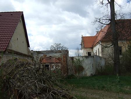 Brána před někdejší kaplí na snímku z jara 2014