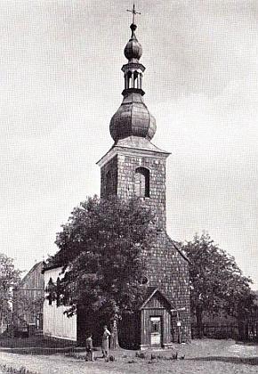 Kostel sv. Vincence v Hůrce se hřbitovní kaplí; kaple během renovace a před ní