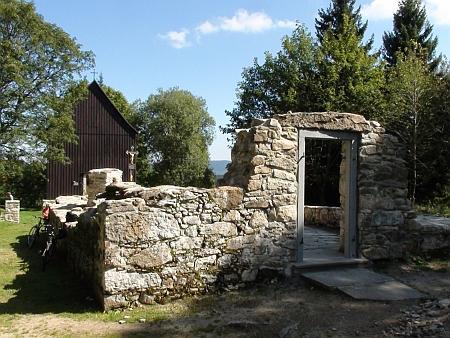 Rekonstruovaná hřbitovní kaple a základy kostela na snímcích z roku 2010