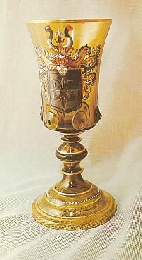 Pamětní pohár z roku 1887 se znakem rodu Abeleových, který začali používat od roku 1838