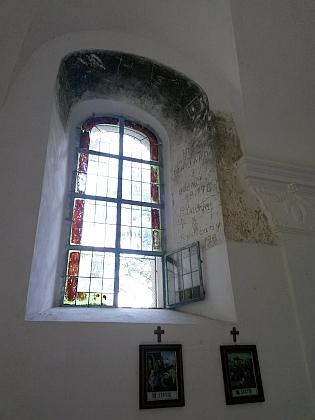 """V opravené kapli byla u jednoho z oken zachována poválečná vojenská """"výzdoba"""""""