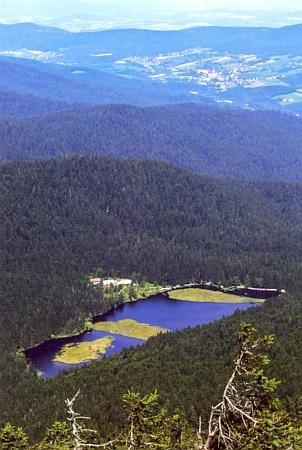 Pohled z Velkého Javoru na Malé Javorské jezero