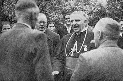 S prvým vůbec papežským nunciem v poválečném Německu a pozdějším kardinálem Aloysiem Muenchem o pouti v Neukirchen beim Heiligen Blut s vyhnanci ze Šumavy v květnu 1952