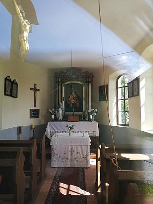 Náves v Mlynářovicích v roce 2019 a interiér kapličky s odrazem ukřižovaného Krista před ní - stará schwarzenberská myslivna, kde Adler sloužil, už nestojí