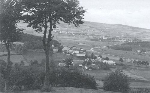 Zdíkovec, kde byl pochován, v popředí s kostelem sv. Petra a Pavla, v pozadí Stachy s kostelem Navštívení Panny Marie, na snímku z doby kolem roku 1930