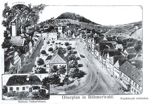 Stará kreslená pohlednice z Horní Plané, zachycující náměstí, Stifterův pomník a rodný dům, za kostelem pak i Dobrovodský vrch s obdělanými polnostmi kolem