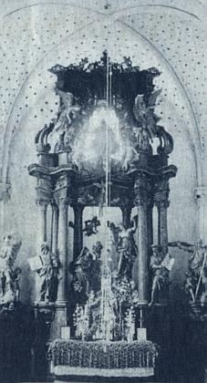 ... klášter a hlavní oltář klášterního kostela na snímcích z první poloviny 20. století