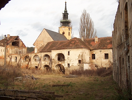 Zámek v Omleničce na snímku z roku 2009 (vlevo bývalá škola, v pozadí kostel, viz i Emil Putschögel)