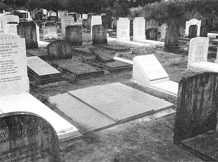 Hrob H.G. Adlera a jeho ženy Bettiny na hřbitově Edgwarebury Cemetery v severozápadním Londýně