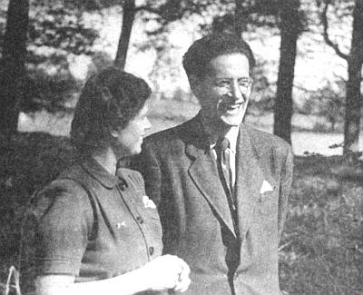Se svou druhou ženou, sochařkou Bettinou, na snímku z roku 1947
