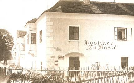 Zámek v Omleničce a hostinec Na Baště - pohlednice z roku 1935