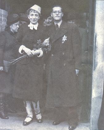 Svatba Gertrud (roz. Klepetarové) a Günthera Adlerových 30. 10. 1941 v Praze - lékařka Gertrud zahynula v Osvětimi i se svými rodiči (její matka je na levém snímku mezi novomanžely, na pravém vpravo za ženichem)