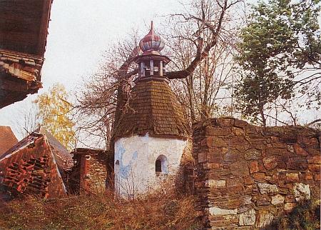 Osmiboká kaple v Zejbišském Dvoře blízko Javorné na snímku zroku 1992