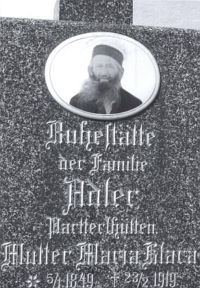 Náhrobek rodiny Adlerů  ze hřbitova vJavorné na snímku zroku 2004 spodobiznou svérázného králováka