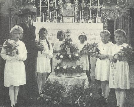 """V Seewiesen byl roku 1944 svěcen zvon """"Regina Maria"""" snápisem: """"Spende Trost und künde Frieden, schalle laut ins Land hinein. Allen sei Dein Heil beschieden, sollst ihnen Gottes Botin sein!"""""""