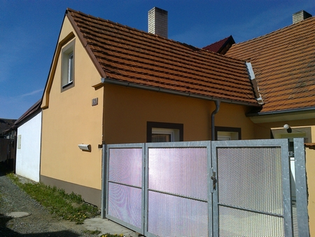 Rodný dům otcův v Neznašově čp. 41 a brána místního židovského hřbitova