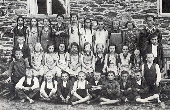 Učitel Fritz Alferi se žáky druhé třídy obecné školy v zaniklé dnes samotě Schürerův Dvůr (Schürerhof) u Zejbiše (dnes Javorná)