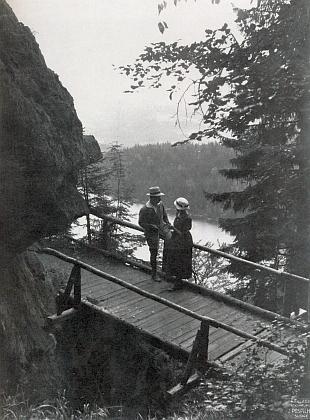 """""""Rendez-vous na vyhlídce"""" je motivem této pohlednice zroku 1923"""