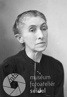 """Tento snímek ze srpna roku 1939 byl ve fotoateliéru Seidel jako fotografie do pasu připsán na jeho jméno s adresou """"Forstmeister"""""""