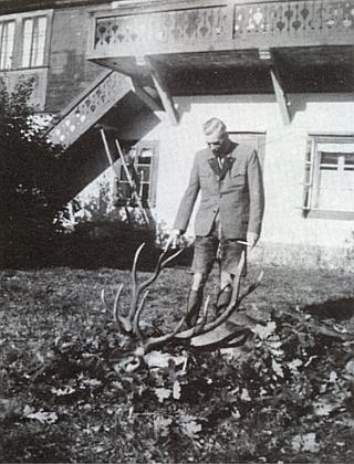 Hrabě Karl Georg von Buquoy (1885-1952) zde v krátkých loveckých kalhotách nad složeným jelenem před zámečkem na Žofíně