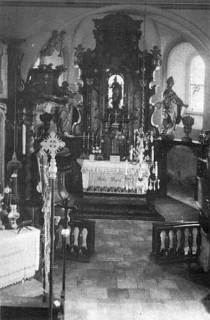 Vnitřek kostela ve Svaté Kateřině, srovnaného za komunistické éry se zemí: podle světice na hlavním oltáři měla osada i své jméno