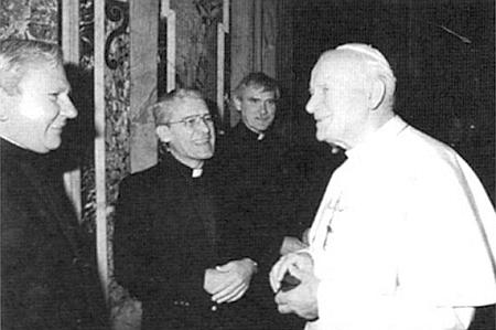 Druhý zleva při setkání s papežem Janem Pavlem II.