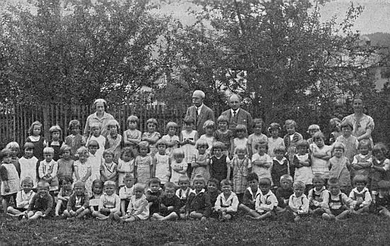 Mateřská škola v Nýrsku - v roce 1929 stojí v zadní řadě zcela vpravo, uprostřed ředitel Cibulka