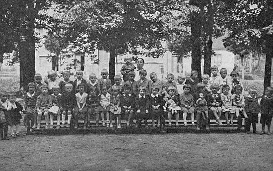 S dětmi nýrské mateřské školy v roce 1933