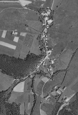 Stará Lhota (Freihöls) u Nýrska, kde učíval i Josef Blau, na leteckých snímcích z roku 1949 a 2008