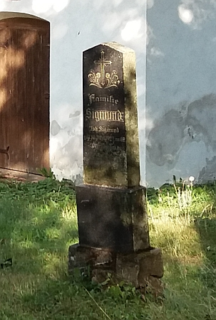 Dochovaný  náhrobek rodiny Sigmundovy na hřbitově vLibínskémSedle