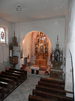 Interiér kostela a křtitelnice
