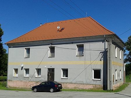 Budova bývalé německé školy ve Strýčicích