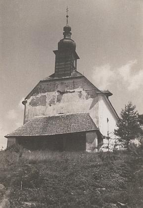 Kaple na vrchu Randlesberg, zbořená v roce 1965, byla prý zmenšenou podoboukostela ve Svérazu