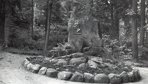 Ammannův památník v někdejším parkovém areálu pašijových her