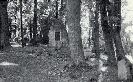 Stav památníku se zbytky křížové cesty k někdejšímu kostelíku na vrchu Randlesberg je zachycen někdy v roce 1997...