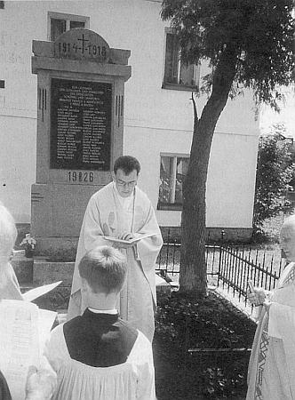 Kaplan Stefan Anzinger, vnuk jednoho ze zdejších německých rodáků, vysvětil roku 1998 památník padlých vPěkné