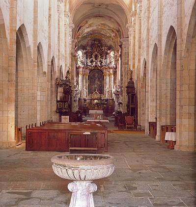 Klášterní kostel Nanebevzetí Panny Marie ve Zlaté Koruně se křtitelnicí, v níž se odráží celý chrámový prostor
