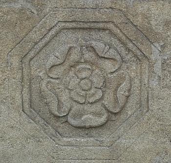 Pětilistá růže pánů z Hradce na městské kašně