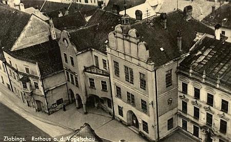 Radnice rodného města z věže slavonického kostela Nanebevzetí Panny Marie na staré pohlednici