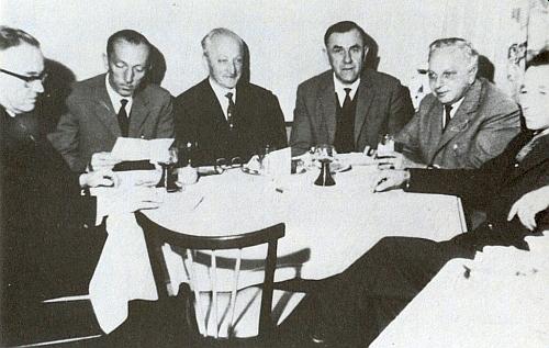"""V předsednictvu sdružení """"Verein der heimattreuen Böhmerwäldler"""" někdy v šedesátých letech minulého století sedí třetí zprava, druhý zleva je tu zachycen Heinz Pollak starší, otec Heinze Pollaka mladšího"""