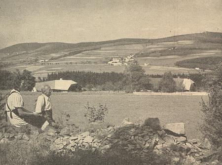 Pohled na rodný Nicov od Studence (Brunnhäuser) v pozadí odleva se Ždánovem, Řetenicemi a Královským kamenem doprovází v červnovém čísle krajanského měsíčníku z roku 1953 jeho článek o pomístních jménech vokolí