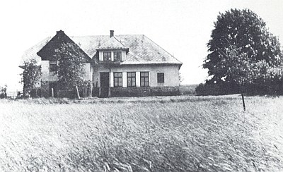 """Tady ve škole v """"Cimrukách"""", která koncem šedesátých let vyhořela a byla odstřelena, učil v letech 1929-1945"""