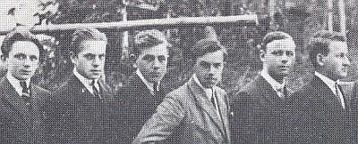 Mezi spolužáky vyšší reálky v Kašperských Horách (třetí zleva)
