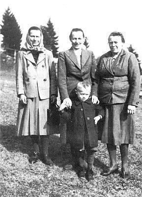 Tři sestry na snímku z roku 1947 (uprostřed Anna Anderl-Sitterová se synem Franzem)