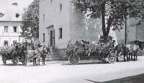 Volarská svatba 12. června 1940, na jednom ze slavnostně vyzdobených selských povozů sedí nevěsta Anna a ženich Adolf Anderlovi ze stavení Woidschneiderhof beim Wald, čp. 335